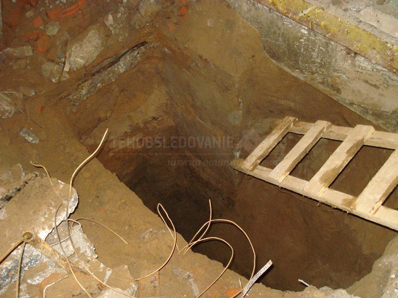 Шурф возле ленточного фундамента несущей стены